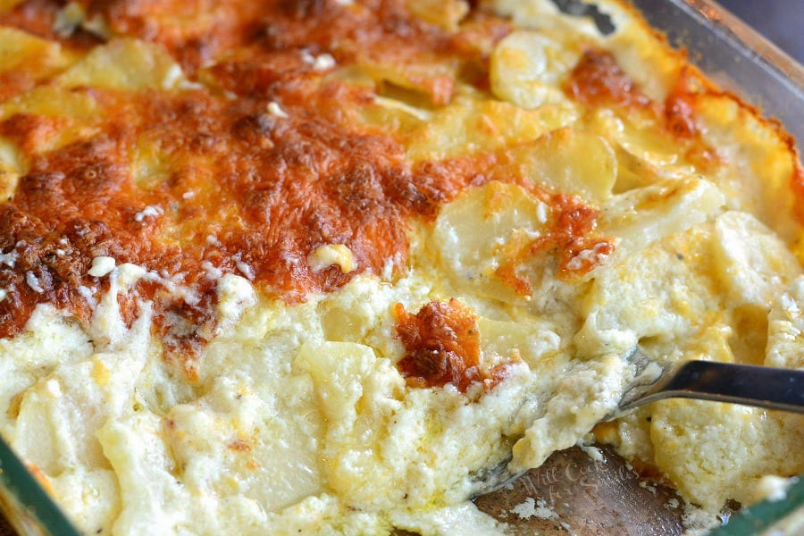 Cheesy Scalloped Potatoes. The best scalloped potatoes thinly sliced and baked with cream sauce and cheese. #scallopedpotatoes #potatoes #sidedish #holidaysides