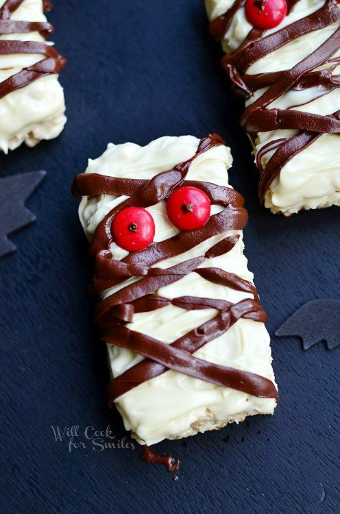 Double Chocolate Rice Krispie Mummies (c) willcookforsmiles.com #halloween #funtreats #ricekrispies