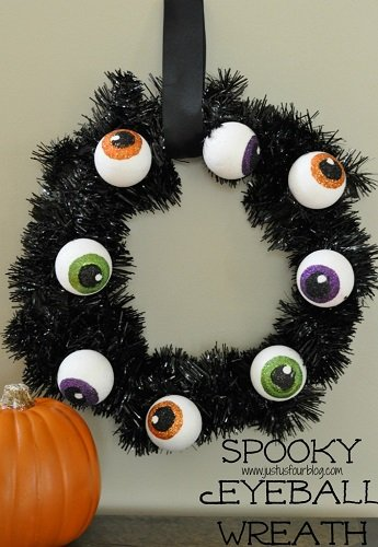 Spooky-Eyeball-Wreath-with-Label-707x1024
