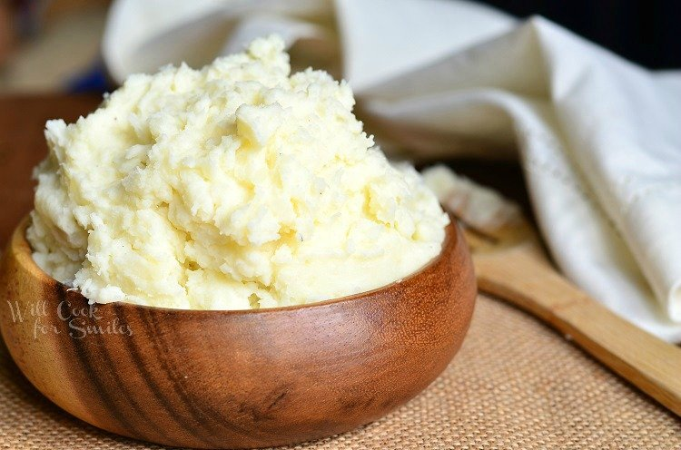 Mashed Potatoes. This is a classic potato side dish to serve with dinner. #mashedpotatoes #sidedish #potato