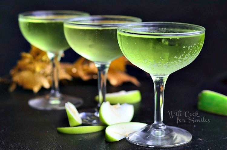 Sour Apple Champagne Cocktail. Gorgeouschampagne cocktail made with flavors of a classicsour apple martini. Perfect cocktail for any party. #drink #cocktail #champagne #sourapple