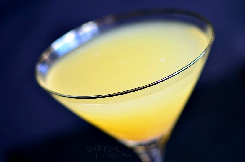 Pineapple Martini with Champagne. Sparkling martini made with vanilla vodka, champagne and pineapple juice. #champagne #cocktail #drink #martini #pineapple