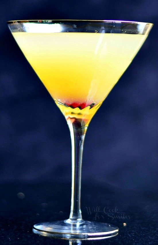 Flirtini - sparkling martini made with vanilla vodka, champagne and pineapple juice. | willcookforsmiles.com