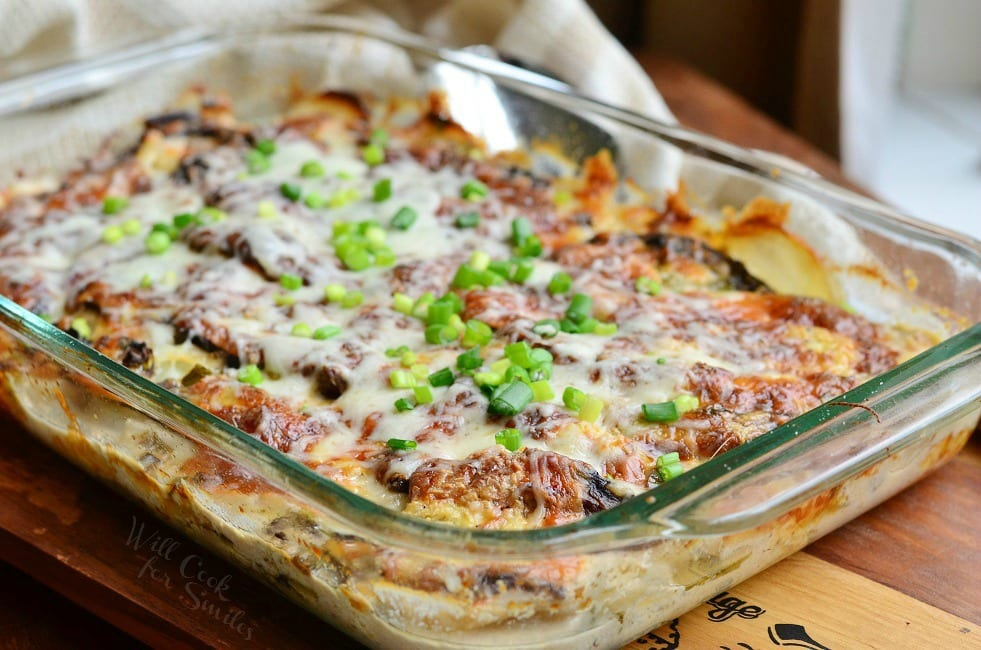 Scalloped Potatoes Au Gratin. Thinly sliced potatoes, layered with sliced portobello mushrooms and cheese, all baked in creamy sauce. #sidedish #scallopedpotatoes #potatoesaugratin #potato #portobello #mushroom
