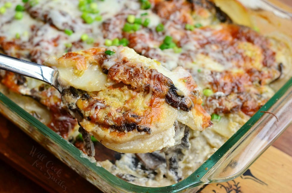 Portobello Scalloped Potatoes Au Gratin. Thinly sliced potatoes, layered with sliced portobello mushrooms and cheese, all baked in creamy sauce. #sidedish #scallopedpotatoes #potatoesaugratin #potato #portobello #mushroom