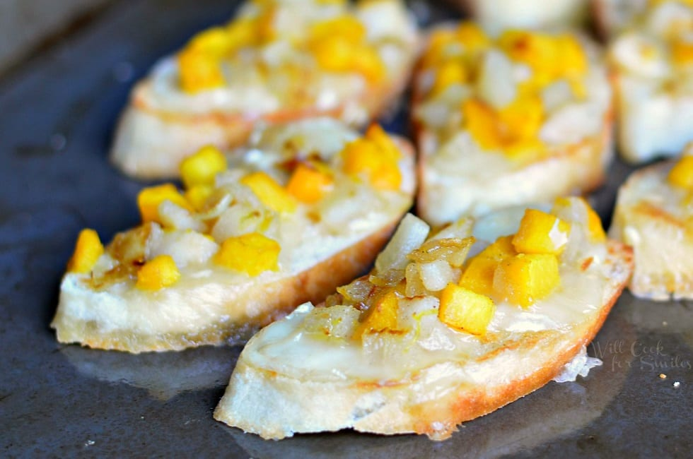 Pumpkin Pear & Brie Crostini #appetizer