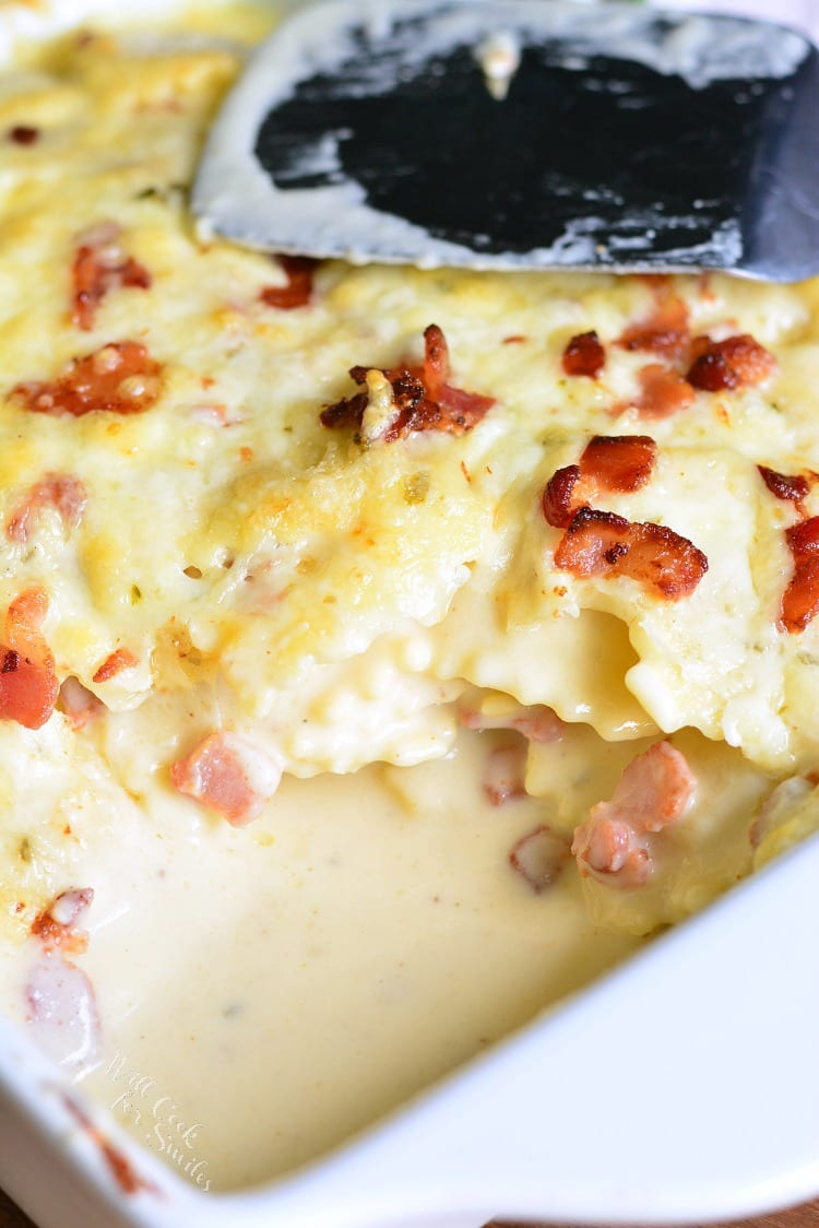 Baked Ravioli Mac and Cheese with Bacon. Three cheese ravioli is coated with heavenly cheese sauce, mixed with bits of crispy bacon, and baked to perfection. #macandcheese #ravioli