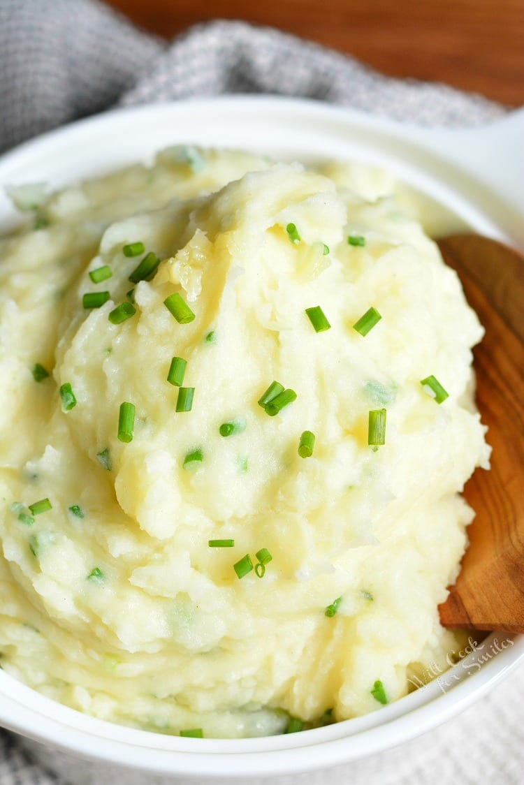 White Cheddar and Chive Creamy Mashed Potatoes. from willcookforsmiles.com #mashedpotatoes