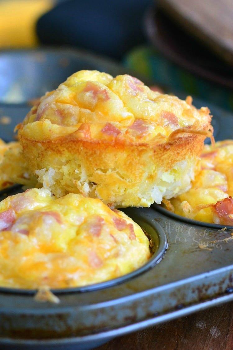 Ham Egg and Cheese Hash Brown Breakfast Muffins. willcookforsmiles.com #breakfastrecipe #hamrecipe