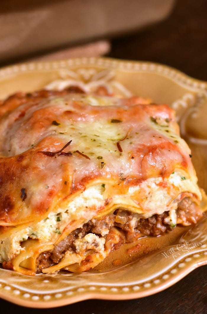 Lasagna Recipe. This classic Lasagna recipe features layers of ground beef, pasta, ricotta cheese mixture, easy homemade marinara sauce, and more cheese in every bite. #lasagna #Italian #pasta #beef #groundbeef