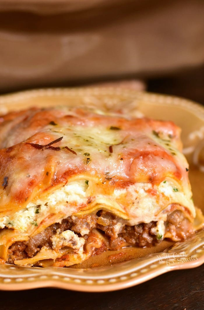 How to make Lasagna. This classic Lasagna recipe features layers of ground beef, pasta, ricotta cheese mixture, easy homemade marinara sauce, and more cheese in every bite. #lasagna #Italian #pasta #beef #groundbeef