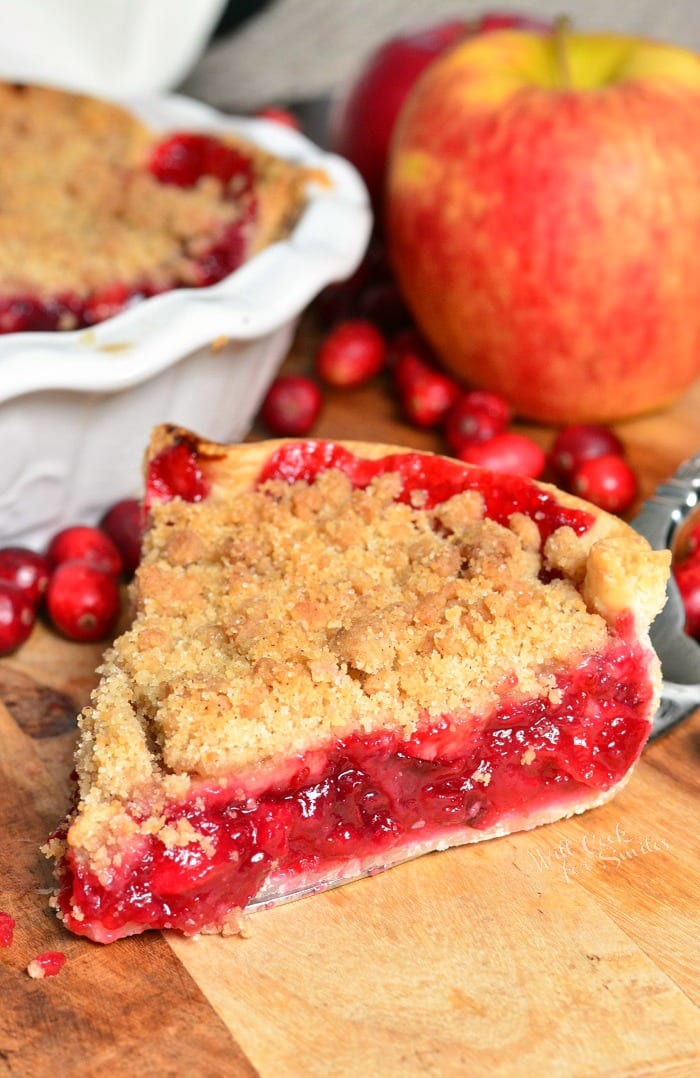 Apple Cranberry Pie is a juicy, sweet and tart combination of fresh cranberries and apples filled inside a pie crust and topped with sweet crumble. #pie #dessert #cranberry #cranberrypie