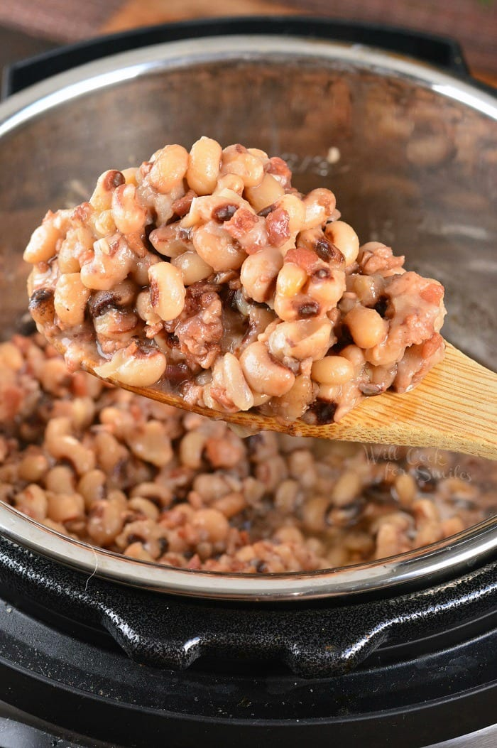 Black Eyed Peas with Bacon. Soft, tender black-eyed peas with bacon are simply and quickly cooked in the Instant Pot. No soaking needed. #peas #beans #instantpot #sidedish #blackeyedpeas #bacon