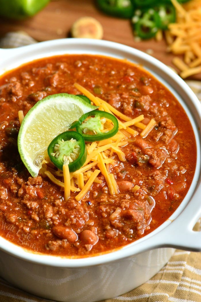 Beef Chili Recipe. This is an amazing chili made with bacon, ground beef, vegetables, beans, and tasty combination of spices to make chili seasoning. #chili #beef #dinner