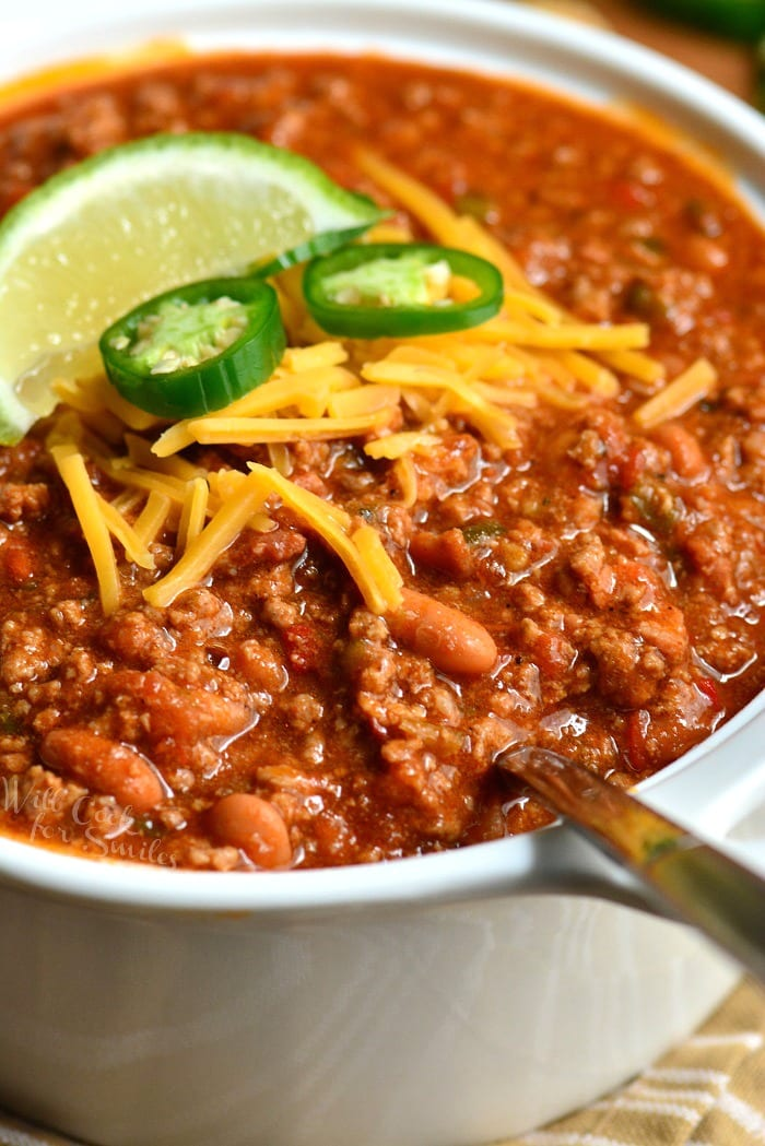Classic Chili Recipe. This is an amazing chili made with bacon, ground beef, vegetables, beans, and tasty combination of spices to make chili seasoning. #chili #beef #dinner
