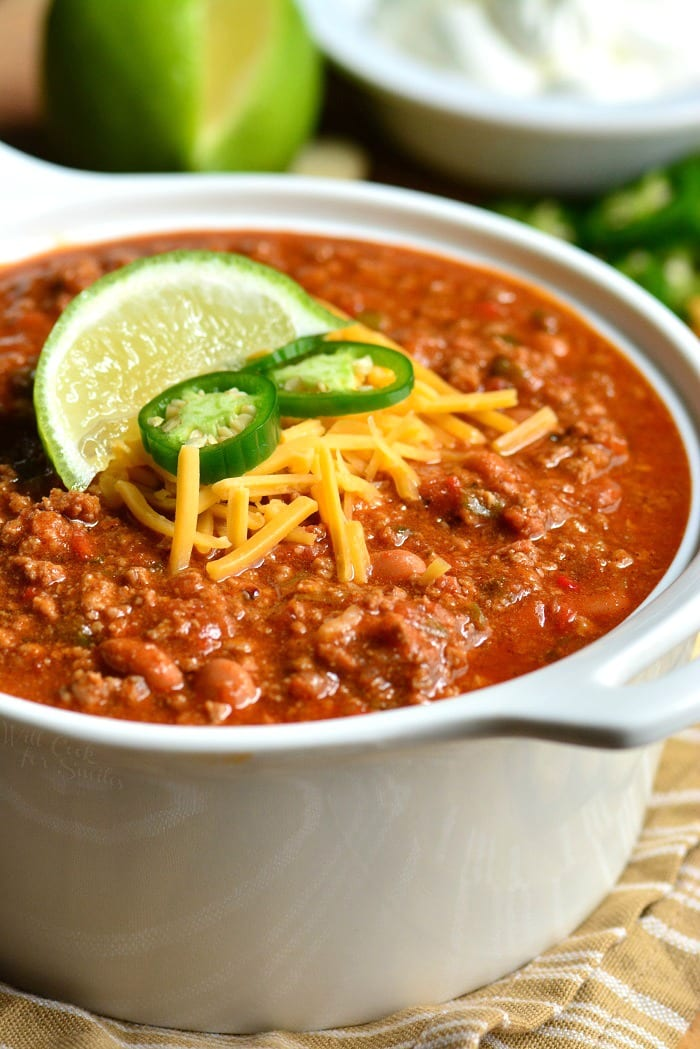 Chili Recipe. This is an amazing chili made with bacon, ground beef, vegetables, beans, and tasty combination of spices to make chili seasoning. #chili #beef #dinner