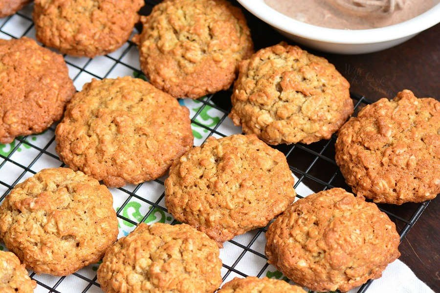 Chewy Oatmeal Cookies. This oatmeal cookie recipe is made with old fashioned oats and flavored with cinnamon and cinnamon glaze on top. #cookies #oatmealcookie #oat #glazed #cinnamon #dessert