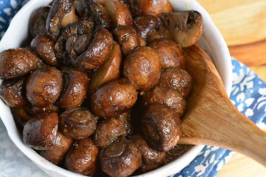 Roasted Mushrooms in the oven. Firm, meaty crimini mushrooms are simply seasoned, roasted until tender, and tossed lightly with butter and garlic mixture. #mushrooms #sidedish #roastedmushrooms #easysides