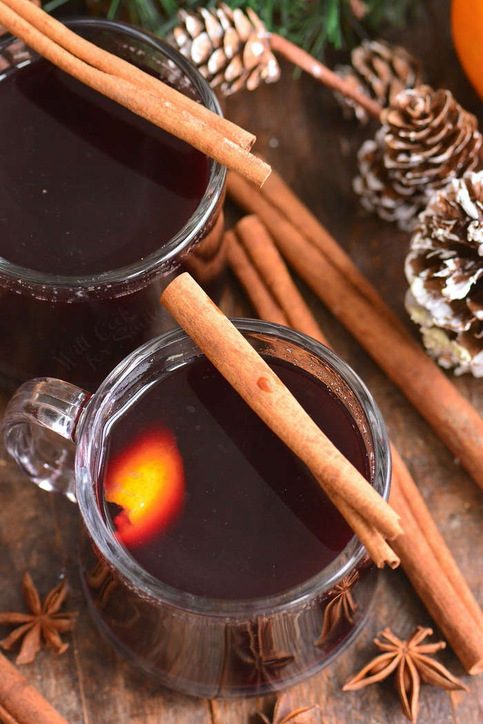 mulled wine in glass mugs picture from the top angle